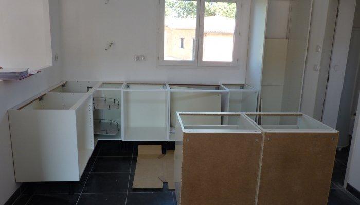 Вешаем кухонные шкафы на стену в кухне, самый простой способ выставить их под один уровень
